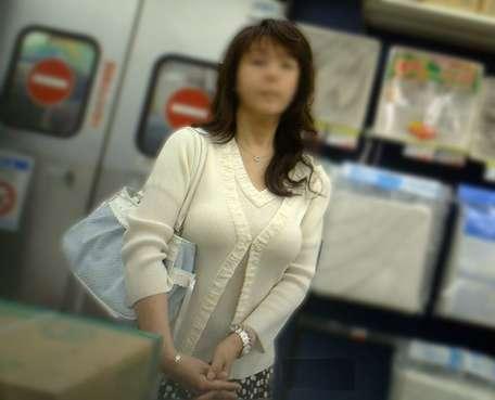 デカすぎ着衣巨乳おっぱいを街撮り-027