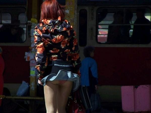 風が巻き起こしたスカートひらりパンチラ003