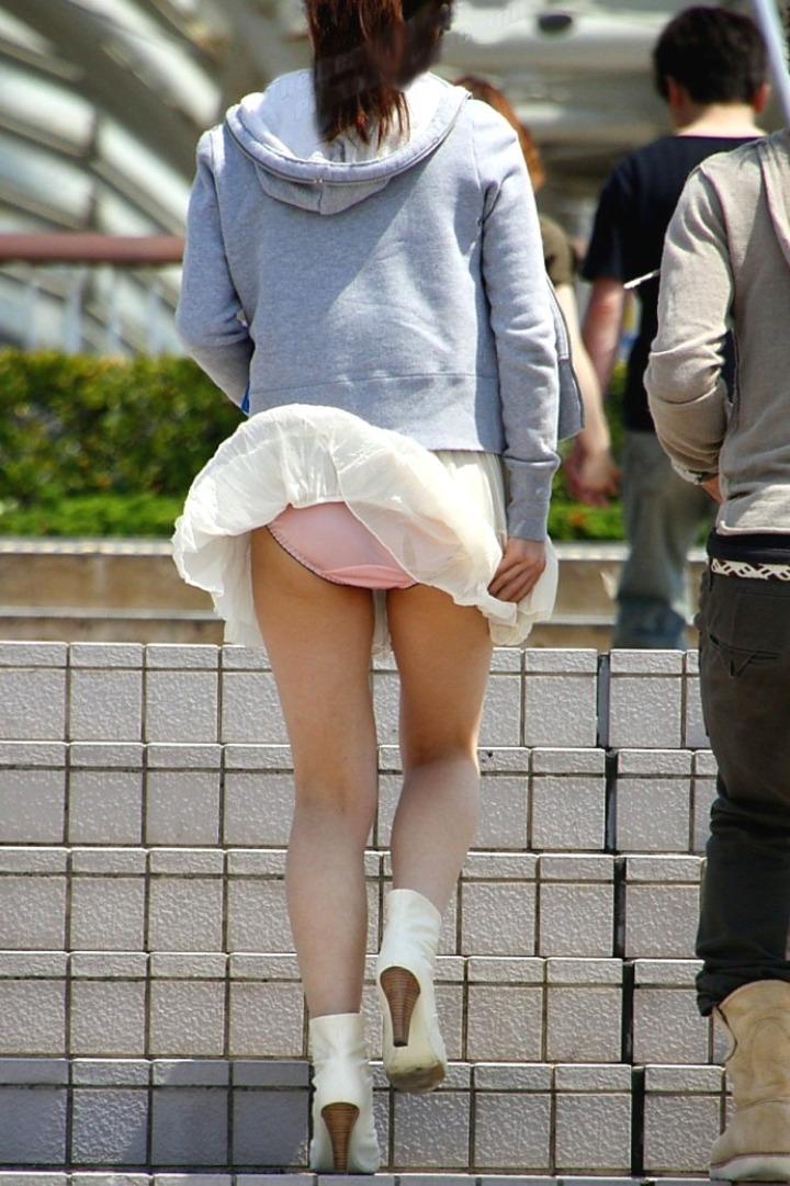 風が巻き起こしたスカートひらりパンチラ018
