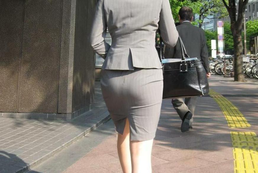 【素人エロ画像】毎日お仕事ご苦労さまです!タイトスカートのお尻をプリプリさせながら働くお姉さんwww