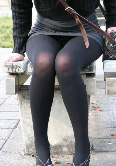 座ってる時にガードが甘い女子のパンチラ16
