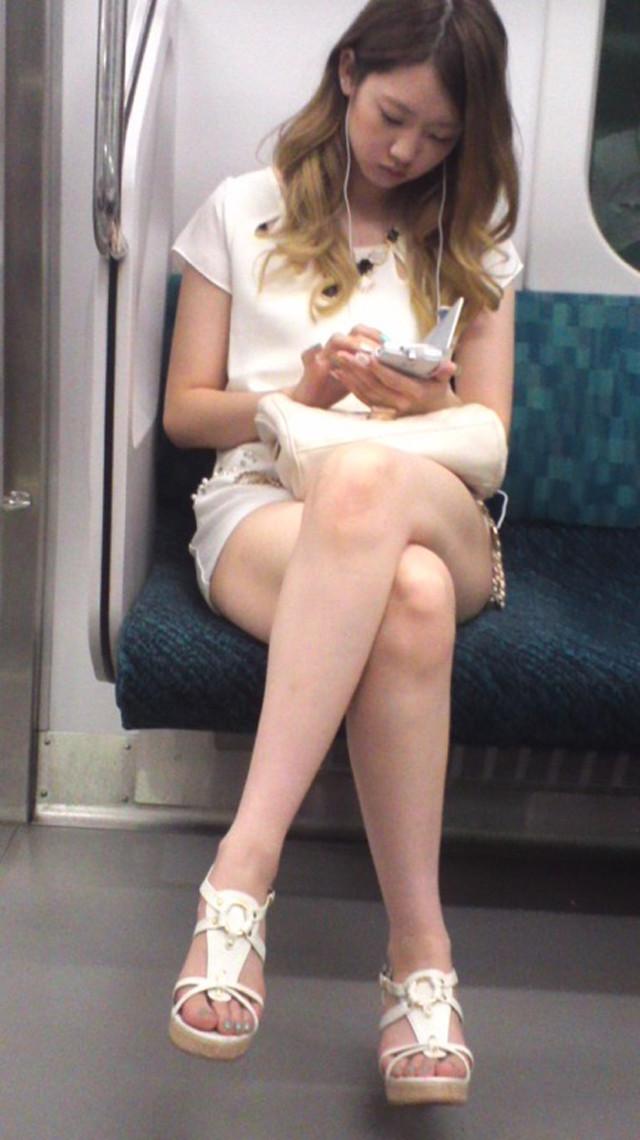 電車の中のチラチラエッチな女子-7