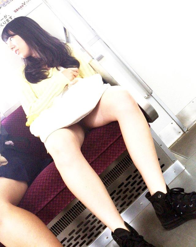 電車の中のチラチラエッチな女子-24