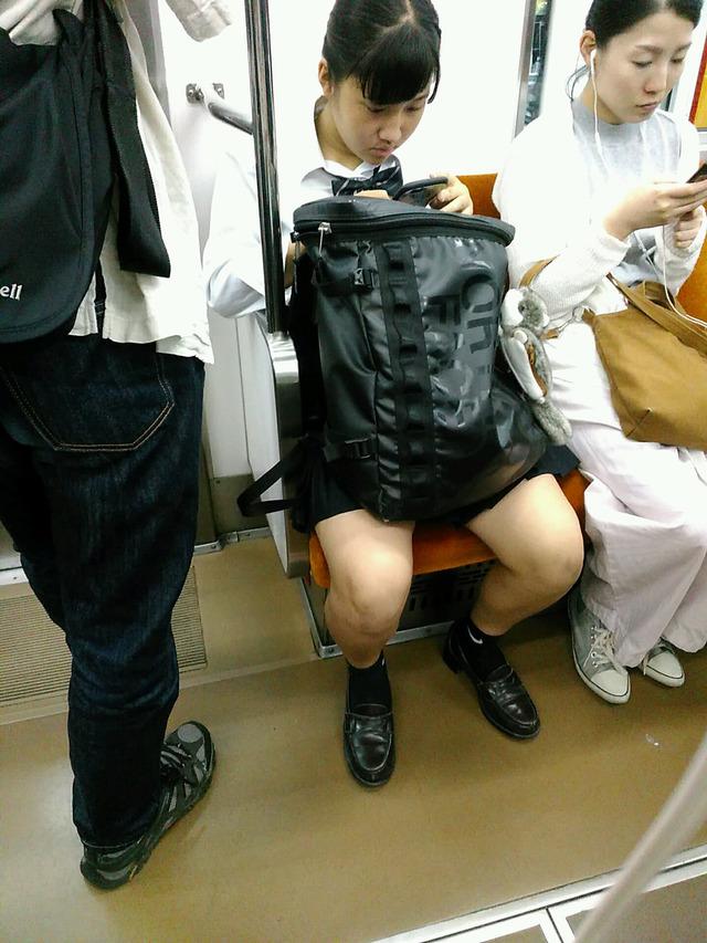 電車の中の太ももやパンチラにスマホカメラが起動34