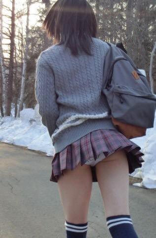女子高生の太もも街撮り素人エロ画像