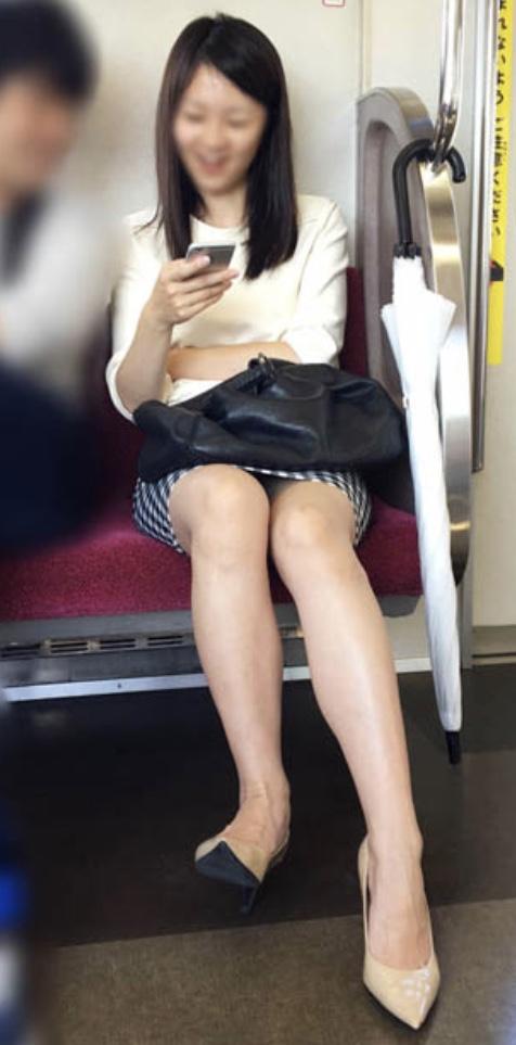 電車の中の生脚太もも127