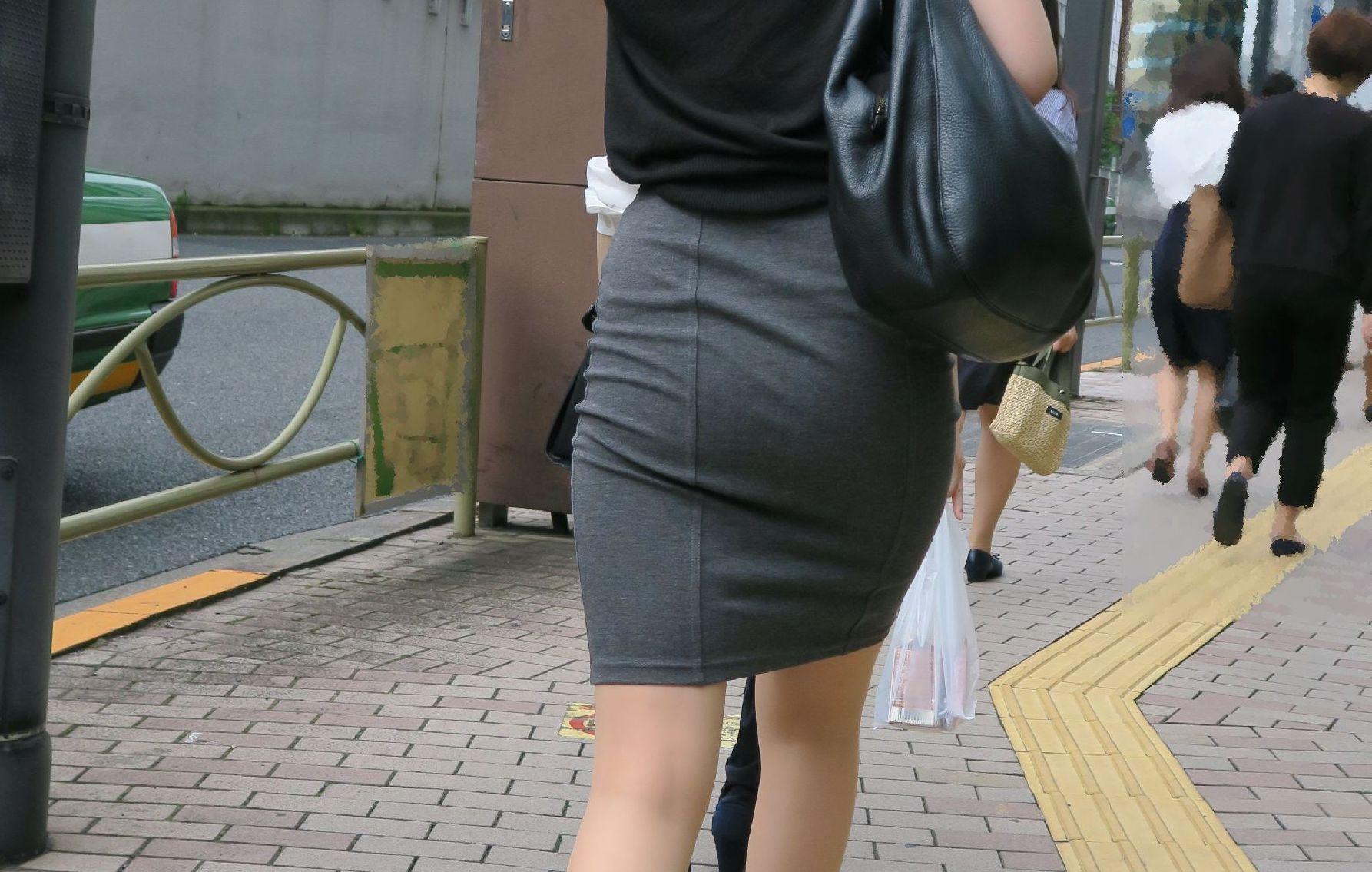 """<span class=""""title"""">【素人エロ画像】浮き上がるお尻のお肉屋太もものラインで中身を妄想してしまうタイトスカート女子を街撮りw</span>"""