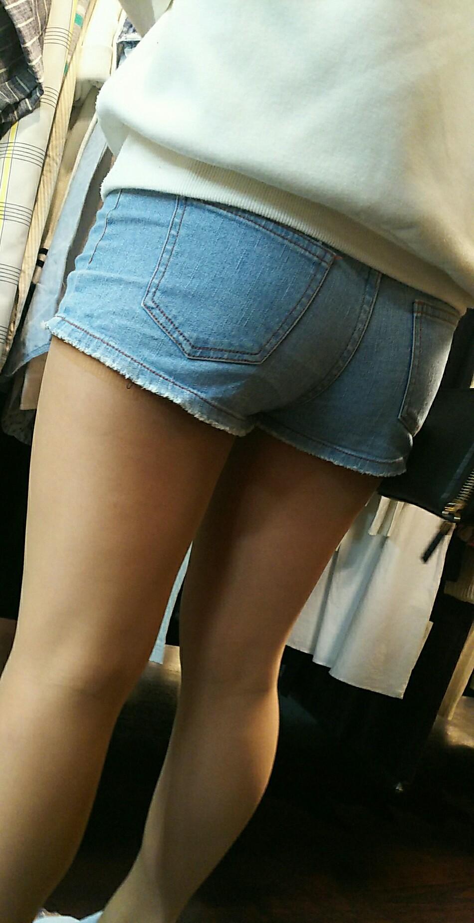 デニムショートパンツ女子の下半身を盗撮29