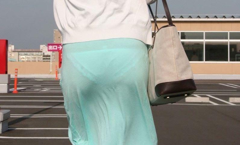 """<span class=""""title"""">【素人エロ画像】白のパンツや薄い生地のスカートからおパンツスッケスケw形も色も丸わかりな透けパン女子街撮りw</span>"""