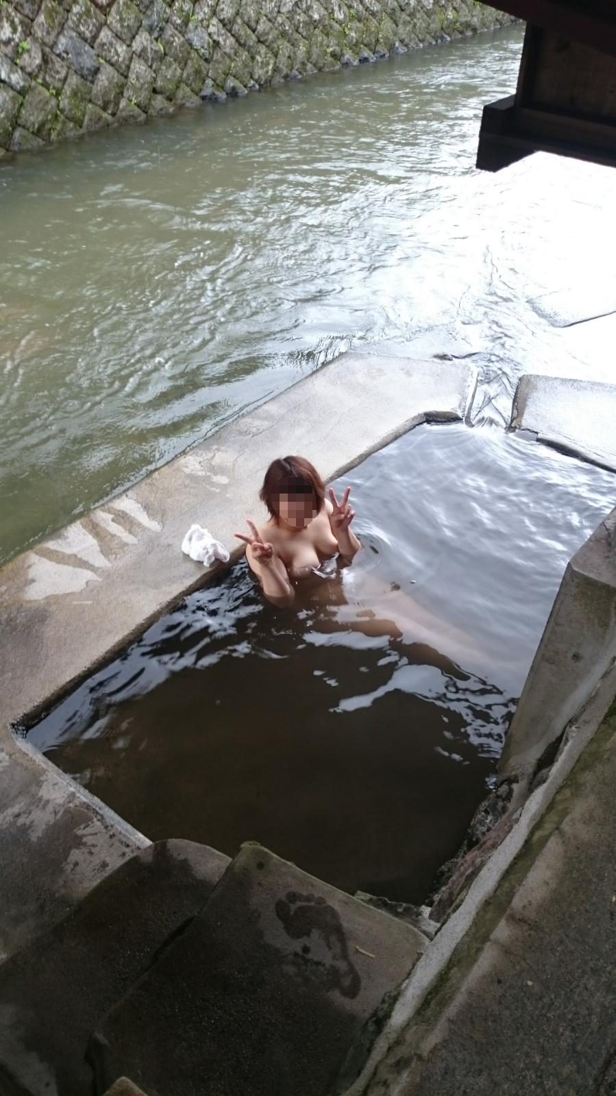 混浴・露天風呂で記念撮影している素人エロ画像-49