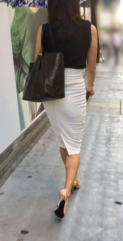 お尻パツパツタイトスカート女子を街で激写-44