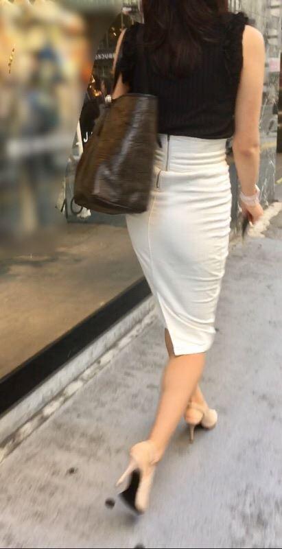 お尻パツパツタイトスカート女子を街で激写-49