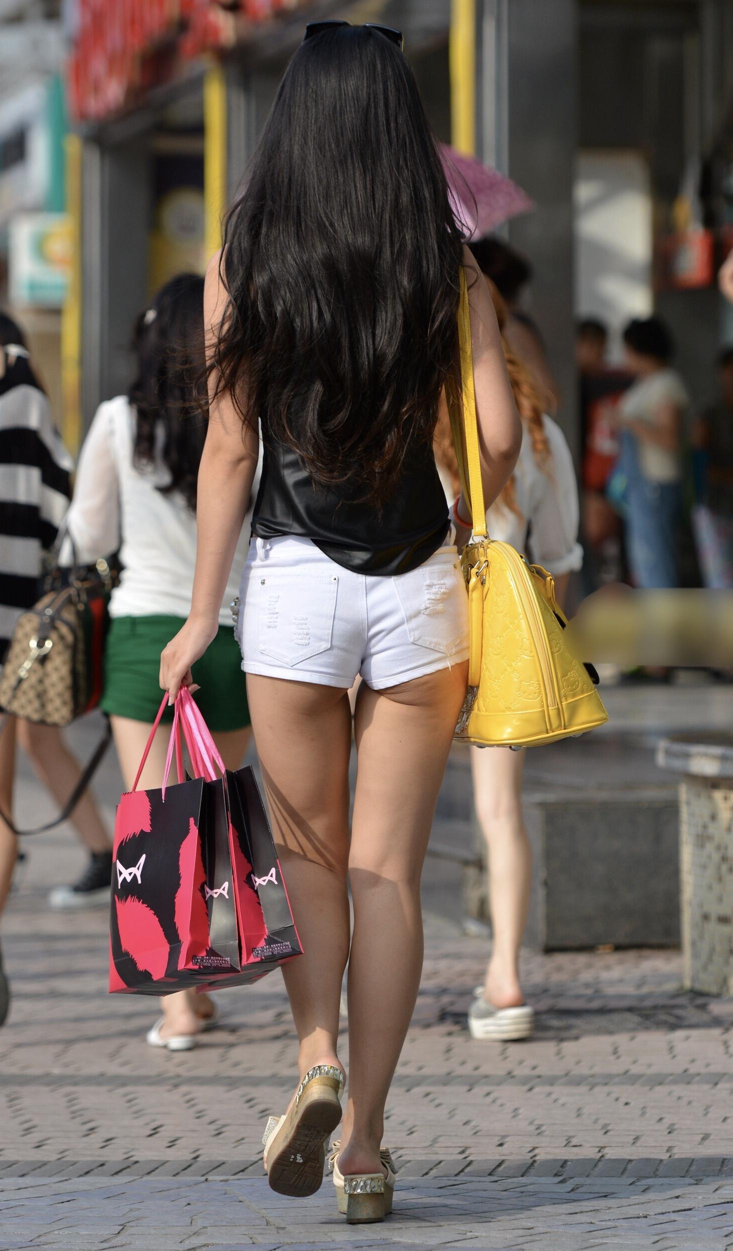 挟まれてみたい太ももがエッチなショートパンツ女子の素人エロ画像-37