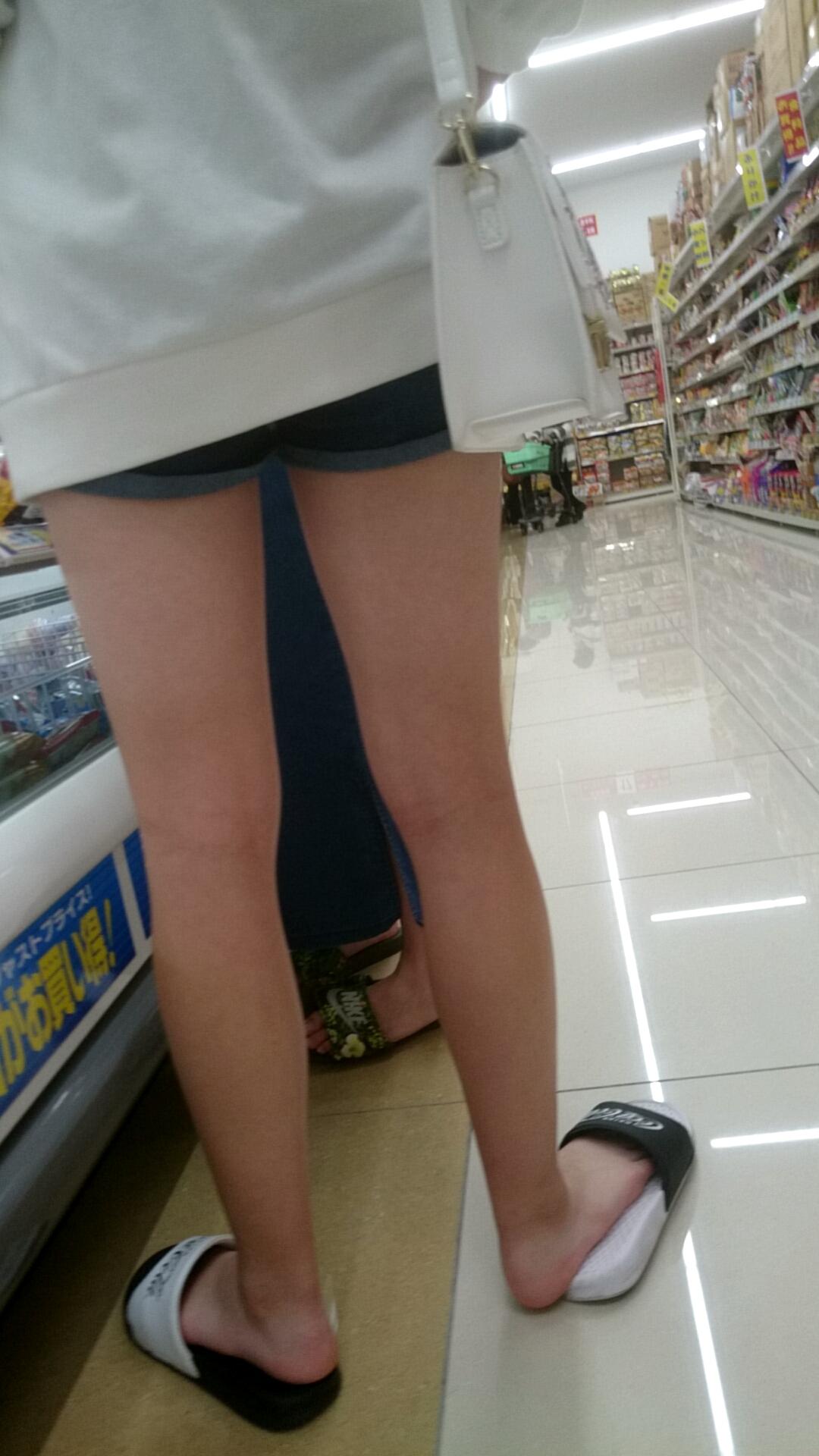 挟まれてみたい太ももがエッチなショートパンツ女子の素人エロ画像-24
