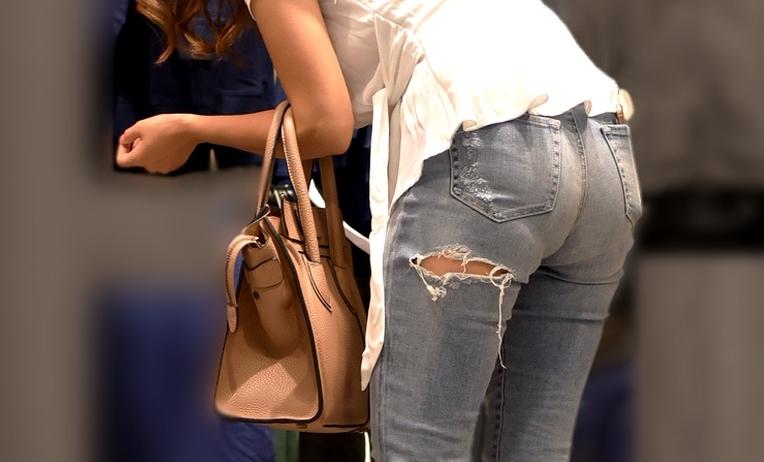 お尻がHなジーンズ女子の素人エロ画像1