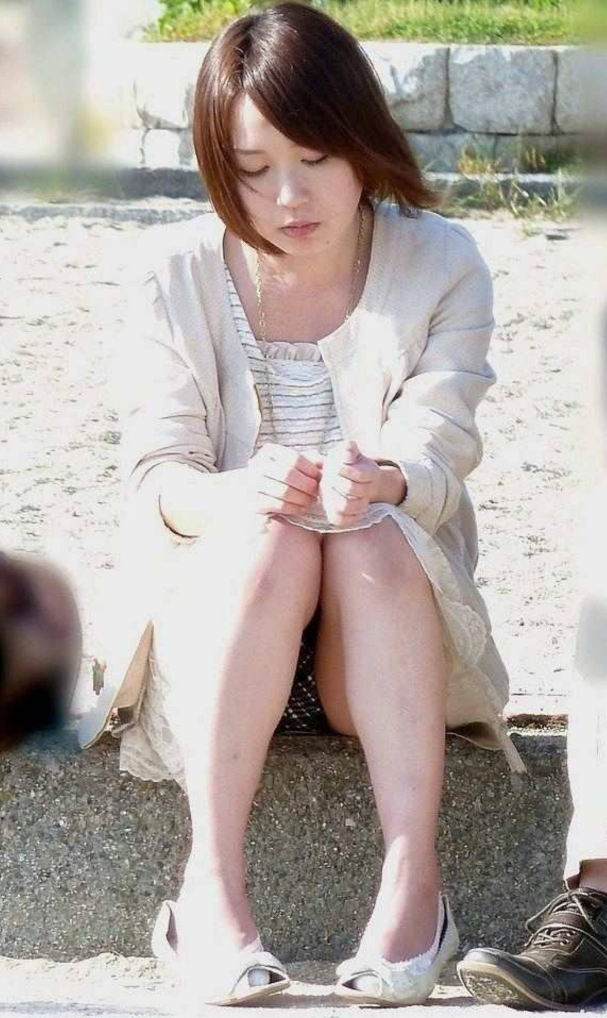 座ってる女子のパンチラ素人エロ画像-38
