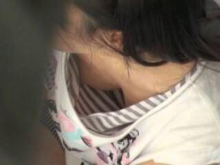 おっぱいの膨らみがエッチな胸チラを街撮りした素人エロ画像-009