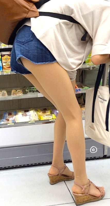 お尻と太ももがエッチなショートパンツ女子の街撮り素人エロ画像-013