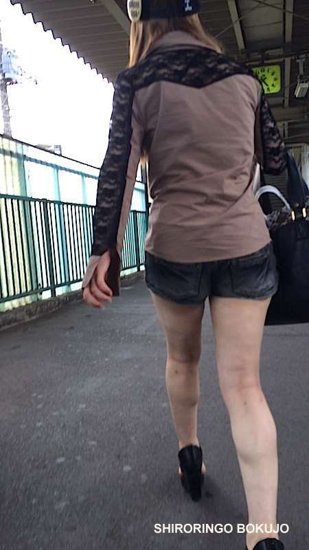 お尻と太ももがエッチなショートパンツ女子の街撮り素人エロ画像-047