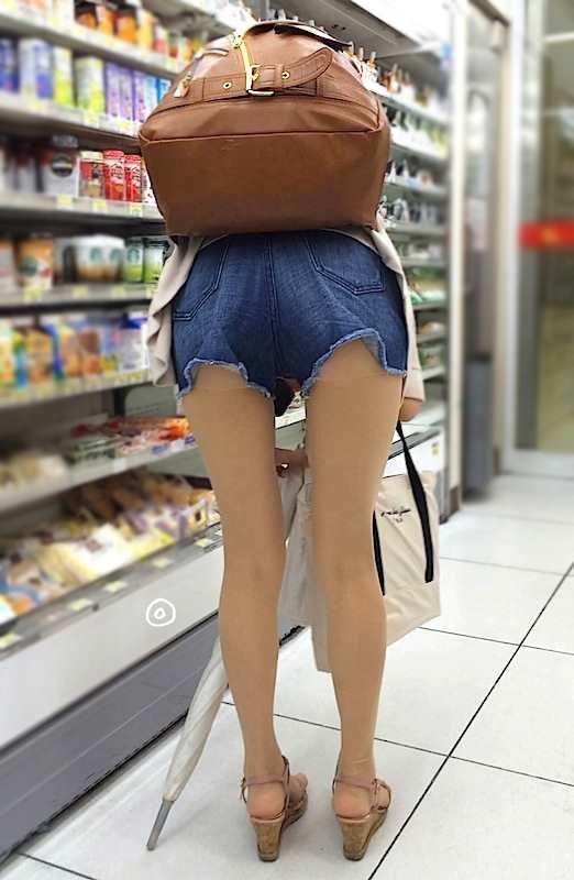 お尻と太ももがエッチなショートパンツ女子の街撮り素人エロ画像-012
