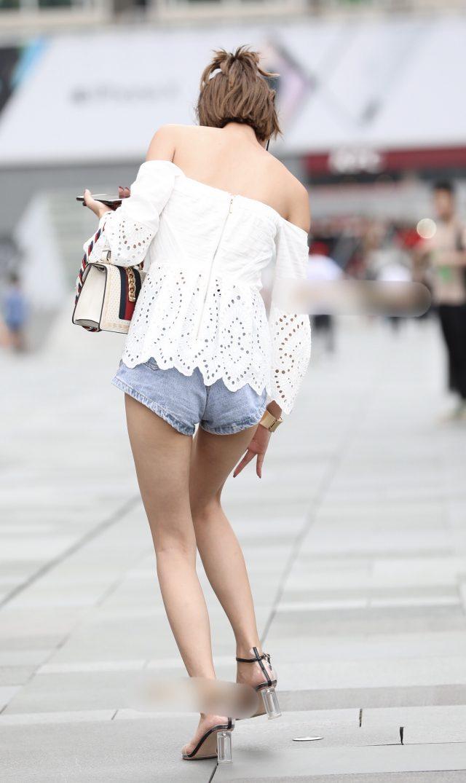 お尻と太ももがセクシーなショートパンツ女子の街撮り素人エロ画像-053