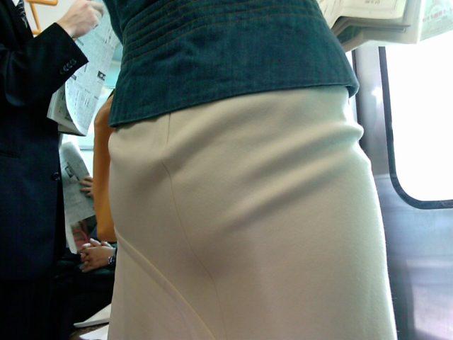 白いパンツやスカートのお尻を街撮りした素人エロ画像-007
