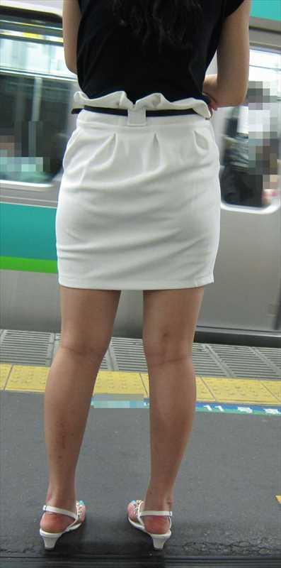 白いパンツやスカートのお尻を街撮りした素人エロ画像-057