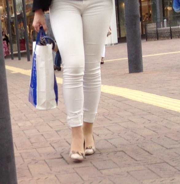 白いパンツやスカートのお尻を街撮りした素人エロ画像-047