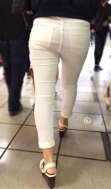 白いパンツやスカートのお尻を街撮りした素人エロ画像-059