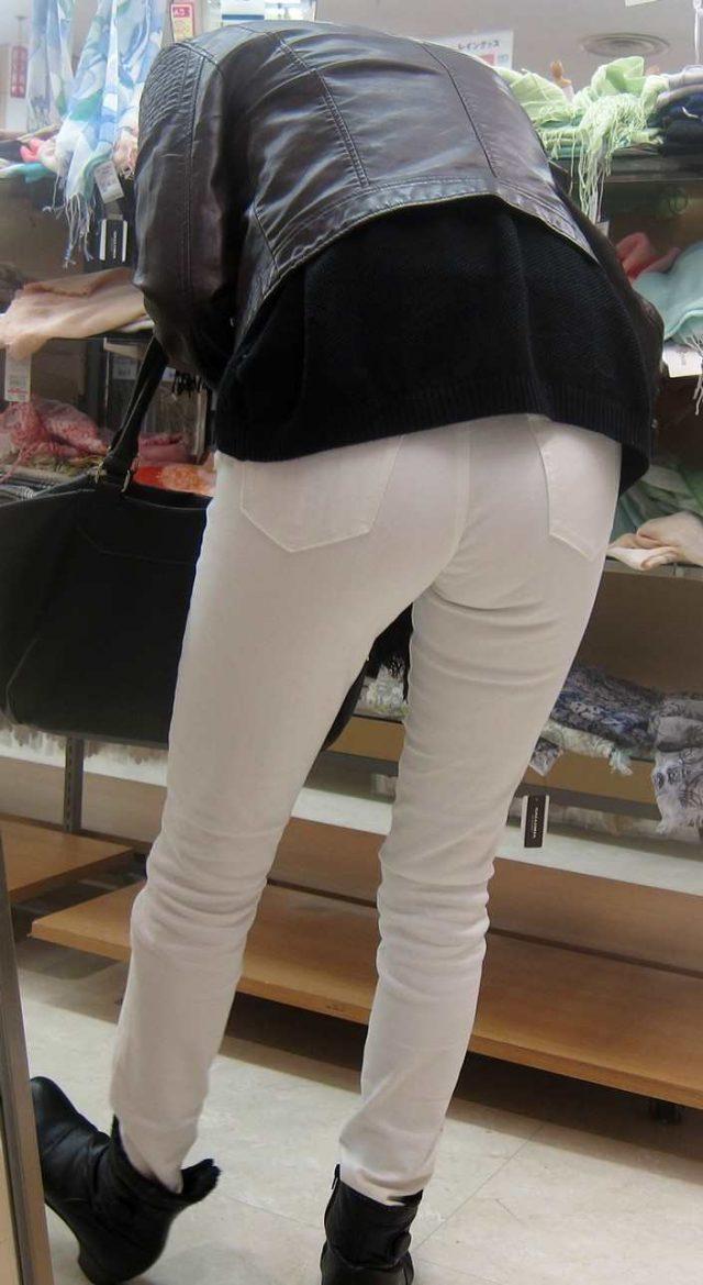 白いパンツやスカートのお尻を街撮りした素人エロ画像-050