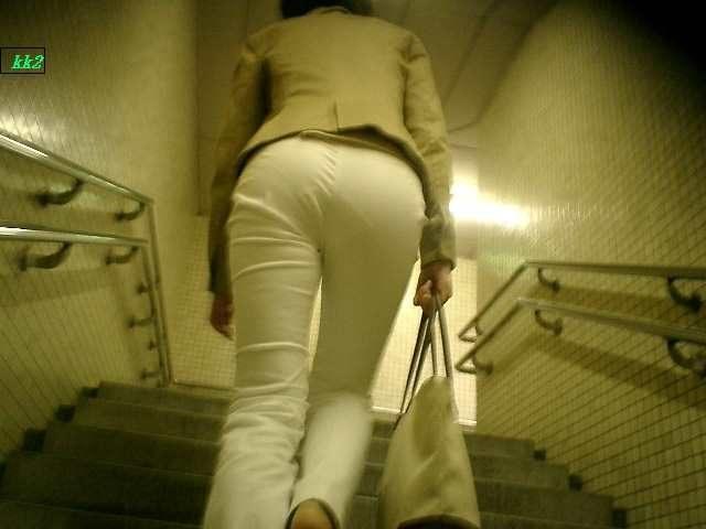 白いパンツやスカートのお尻を街撮りした素人エロ画像-095