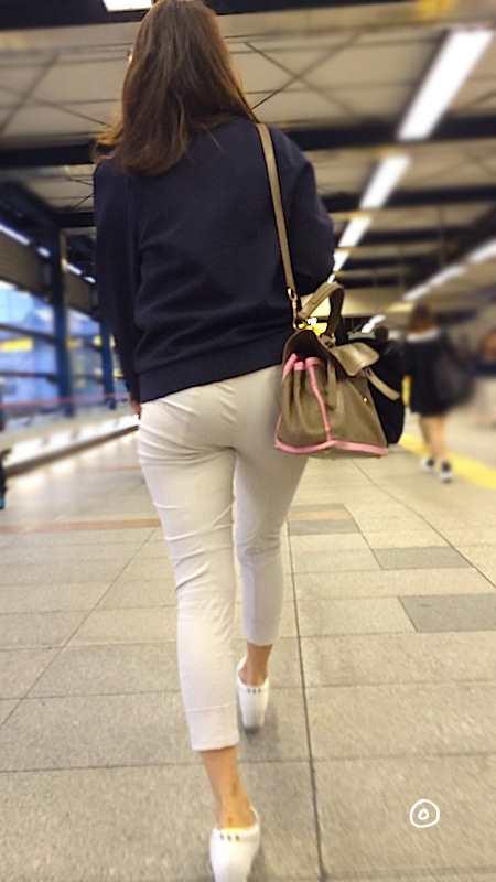 白いパンツやスカートのお尻を街撮りした素人エロ画像-069