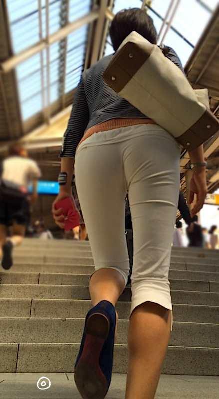 白いパンツやスカートのお尻を街撮りした素人エロ画像-079