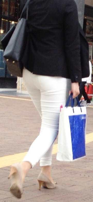 白いパンツやスカートのお尻を街撮りした素人エロ画像-049