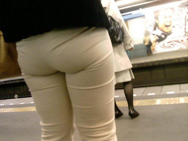 白いパンツやスカートのお尻を街撮りした素人エロ画像-012
