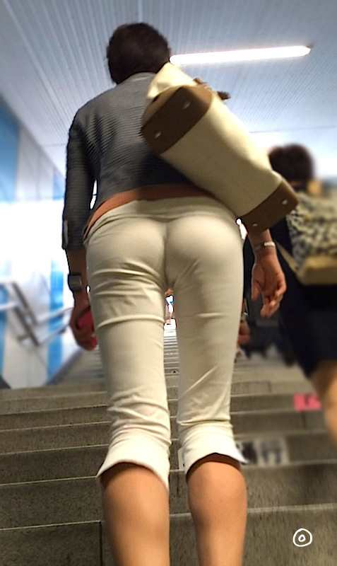白いパンツやスカートのお尻を街撮りした素人エロ画像-077