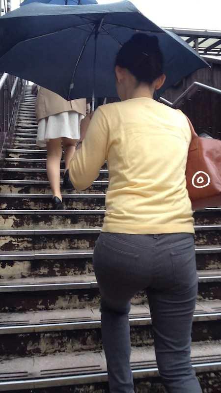 お尻がエッチなピタパン女子の後ろ姿の素人エロ画像-026