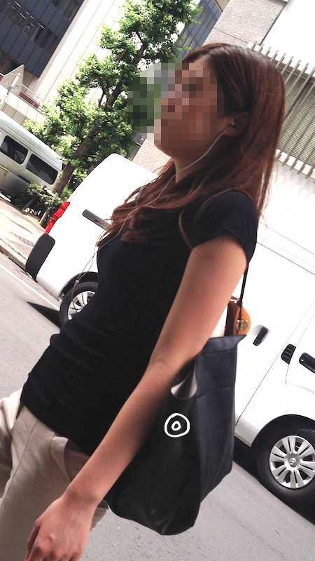 お尻がエッチなピタパン女子の後ろ姿の素人エロ画像-012