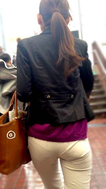 お尻がエッチなピタパン女子の後ろ姿の素人エロ画像-031