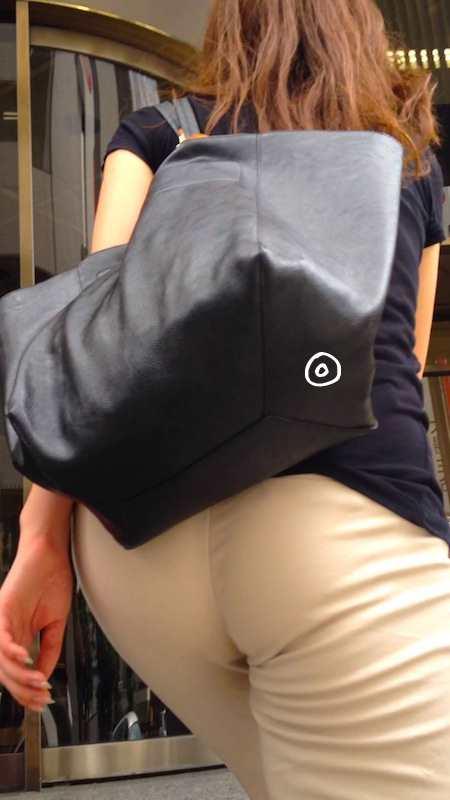 お尻がエッチなピタパン女子の後ろ姿の素人エロ画像-016