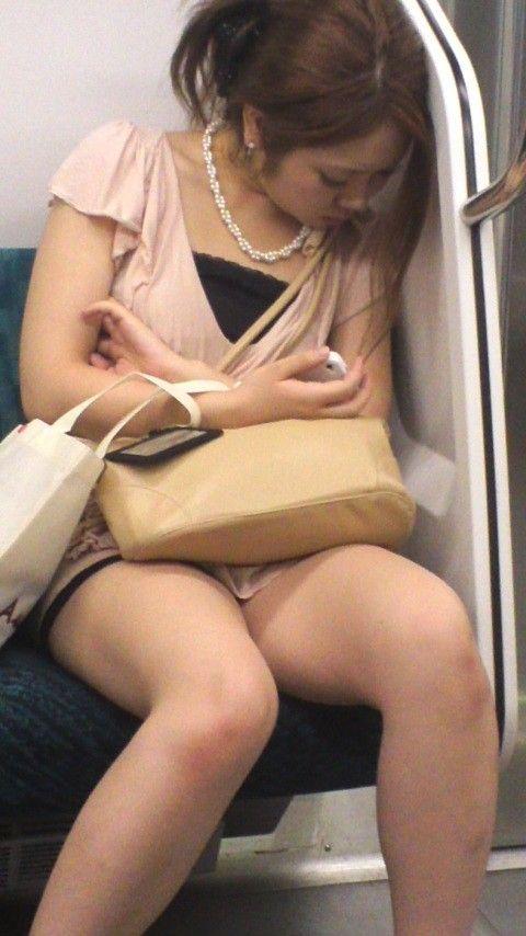 電車の中で見かけたエッチな太ももを撮った素人エロ画像-031