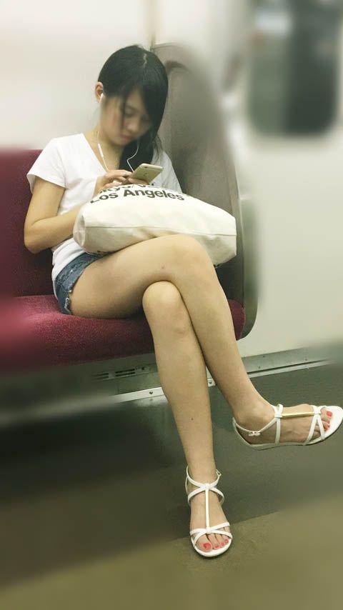 電車の中で見かけたエッチな太ももを撮った素人エロ画像-024