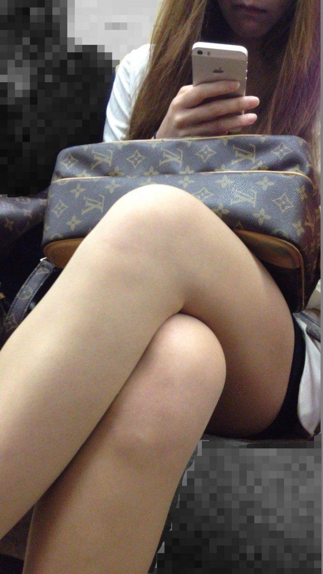 電車の中で見かけたエッチな太ももを撮った素人エロ画像-044