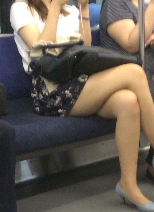 電車の中で見かけたエッチな太ももを撮った素人エロ画像-002