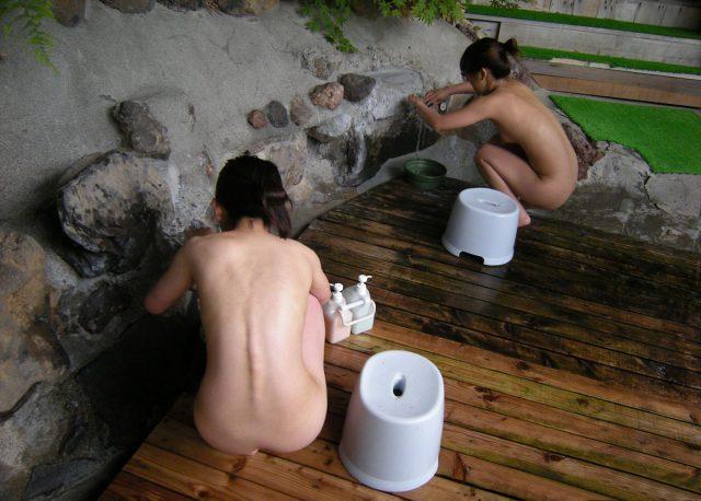 温泉入浴記念に裸を撮影する素人エロ画像-026