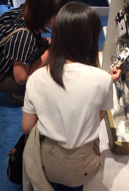 スケブラで下着が見えてる女子の素人エロ画像-082