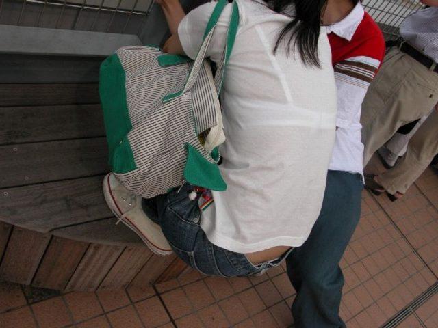 スケブラで下着が見えてる女子の素人エロ画像-023