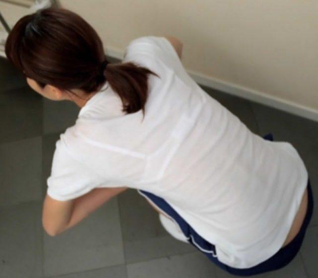 スケブラで下着が見えてる女子の素人エロ画像-063