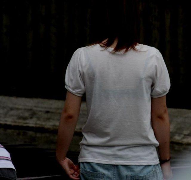 スケブラで下着が見えてる女子の素人エロ画像-025