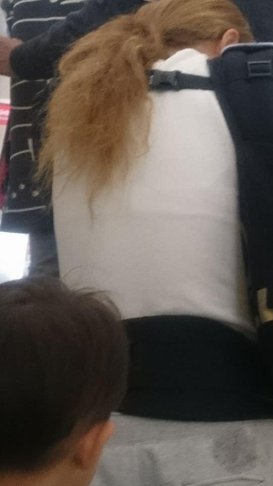 スケブラで下着が見えてる女子の素人エロ画像-013